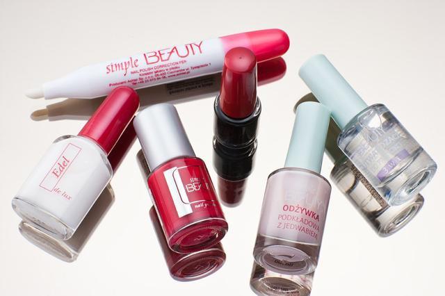 kosmetyki do makijazu kibicki paznokcie