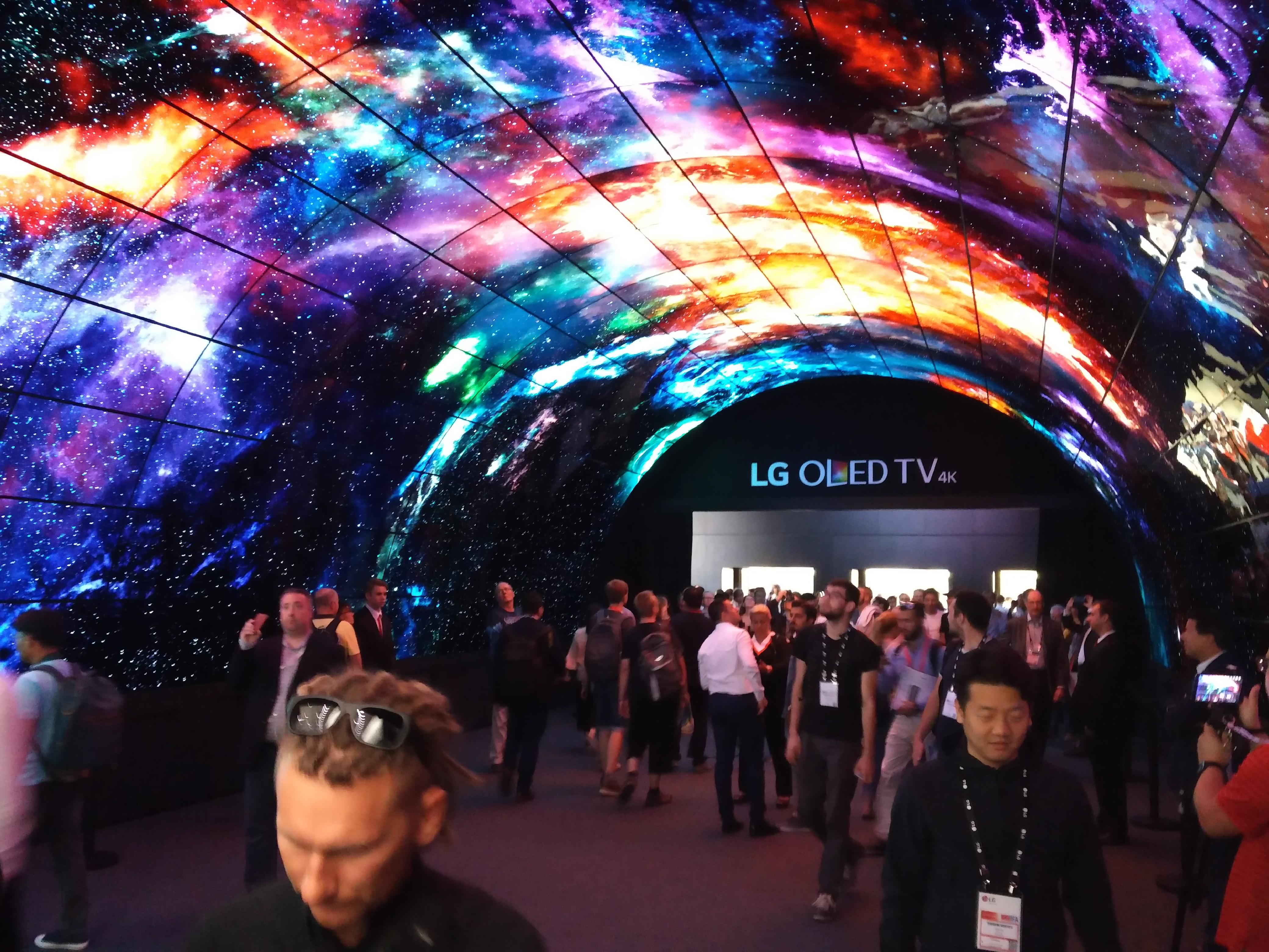Tunel z 216 telewizorami OLED od LG każdy ma 55 cali